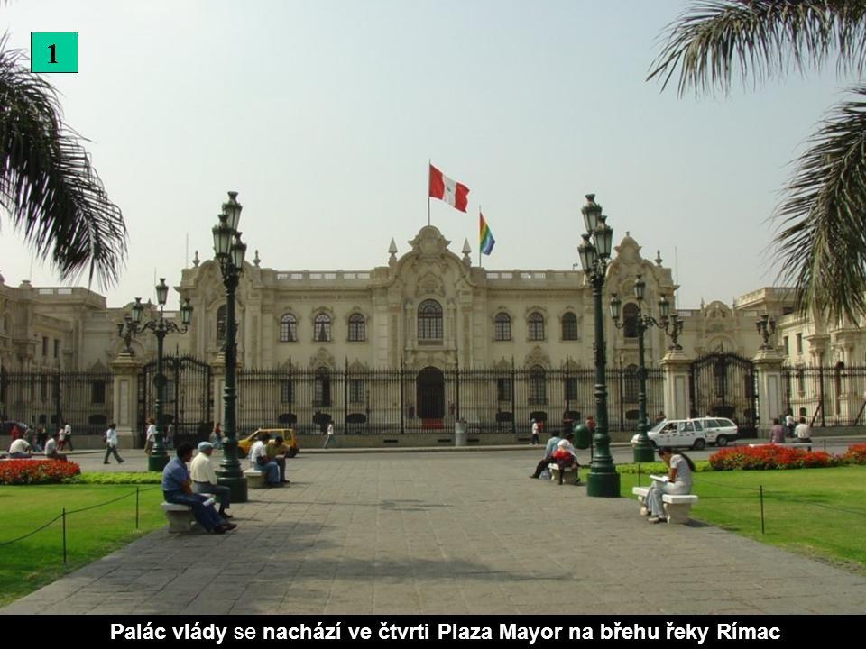 Hlavní náměstí s kostelem Tovaryšstva Ježíšova