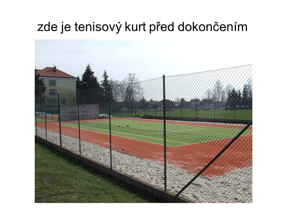 zde je tenisový kurt před dokončením