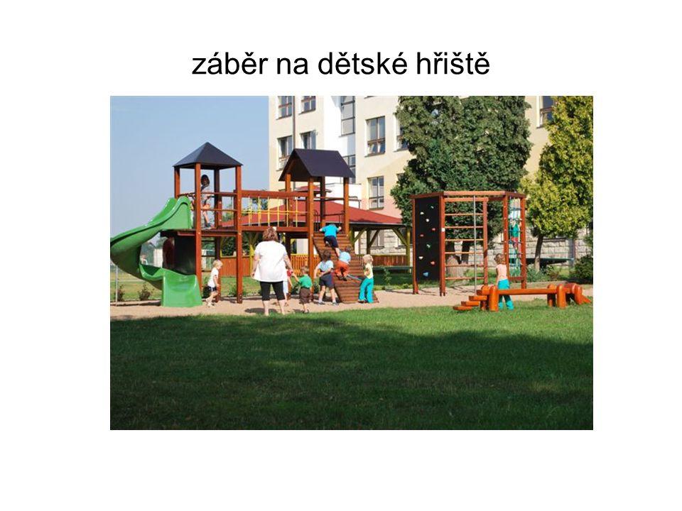 záběr na dětské hřiště