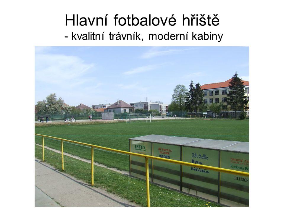 Hlavní fotbalové hřiště - kvalitní trávník, moderní kabiny