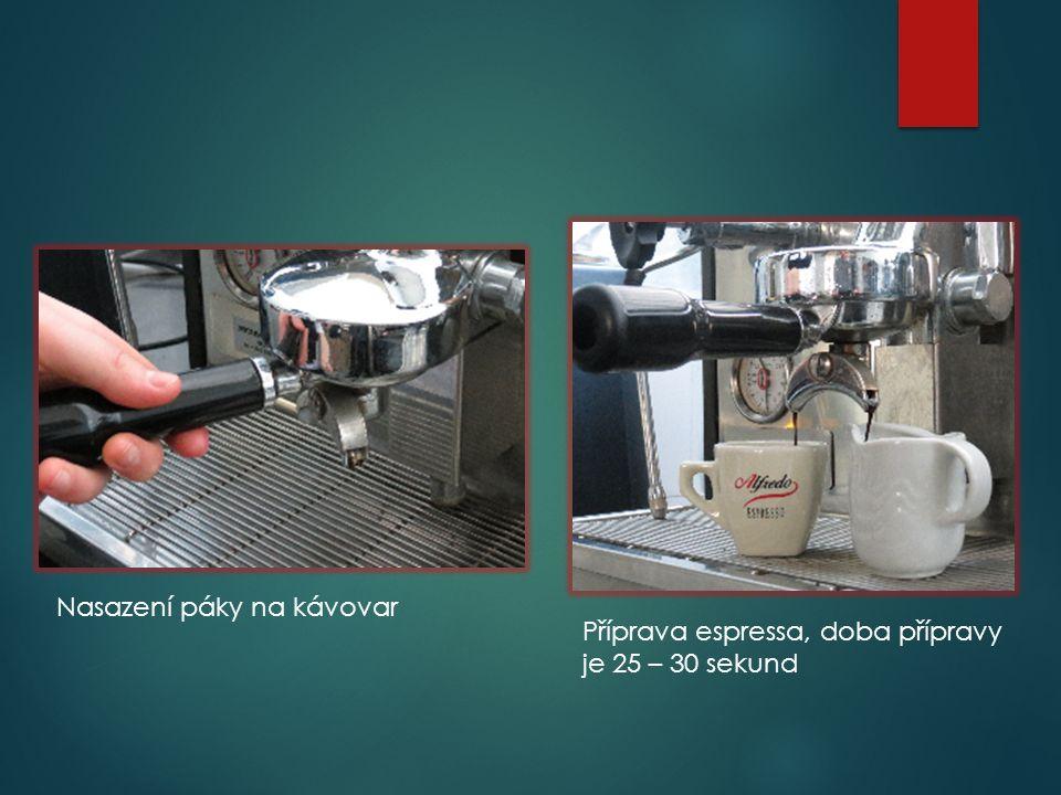 Nasazení páky na kávovar Příprava espressa, doba přípravy je 25 – 30 sekund