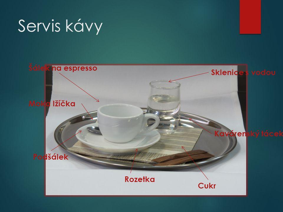 Servis kávy Kavárenský tácek Rozetka Podšálek Šálek na espresso Moka lžíčka Sklenice s vodou Cukr