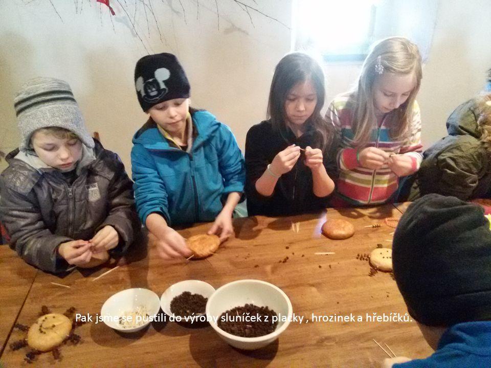 Pak jsme se pustili do výroby sluníček z placky, hrozinek a hřebíčků.