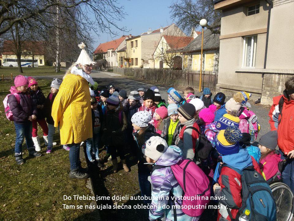 Do Třebíze jsme dojeli autobusem a vystoupili na návsi. Tam se nás ujala slečna oblečená do masopustní masky.