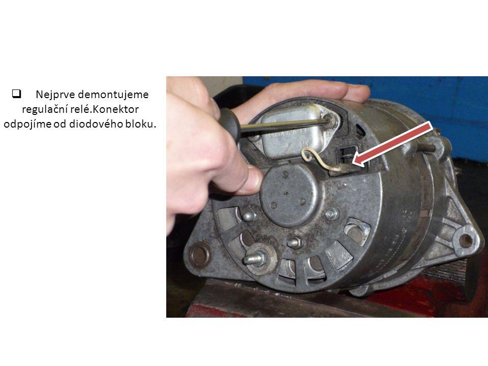  Nejprve demontujeme regulační relé.Konektor odpojíme od diodového bloku.