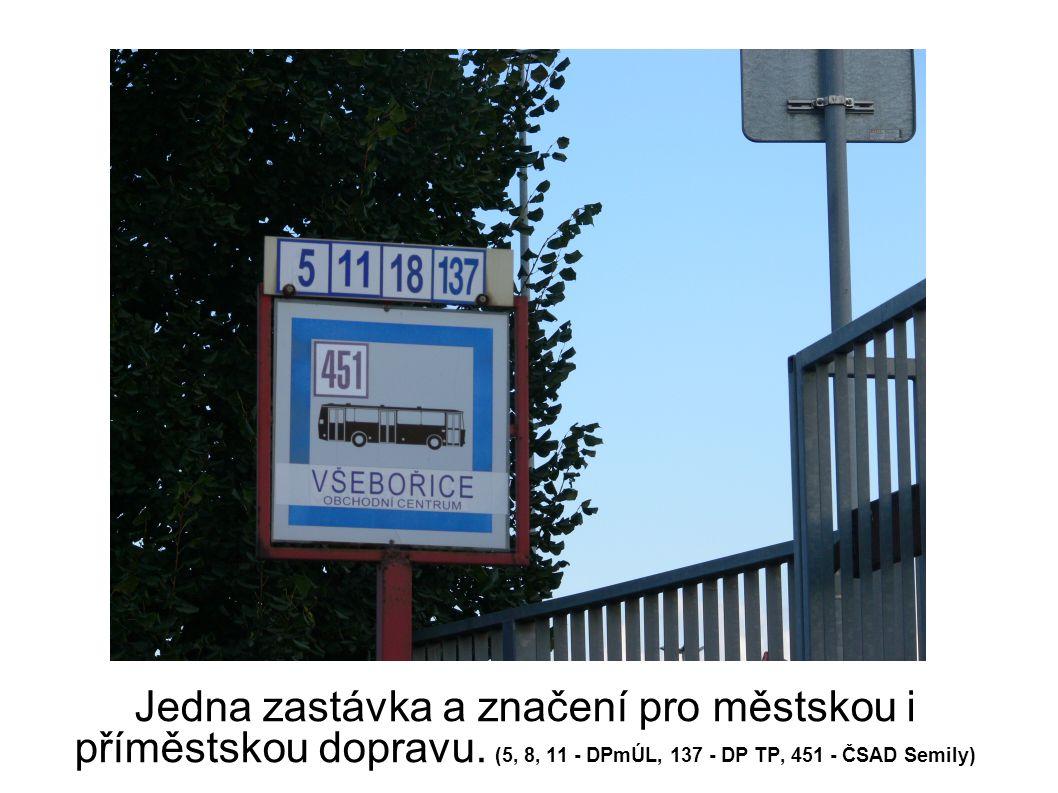 Jedna zastávka a značení pro městskou i příměstskou dopravu.