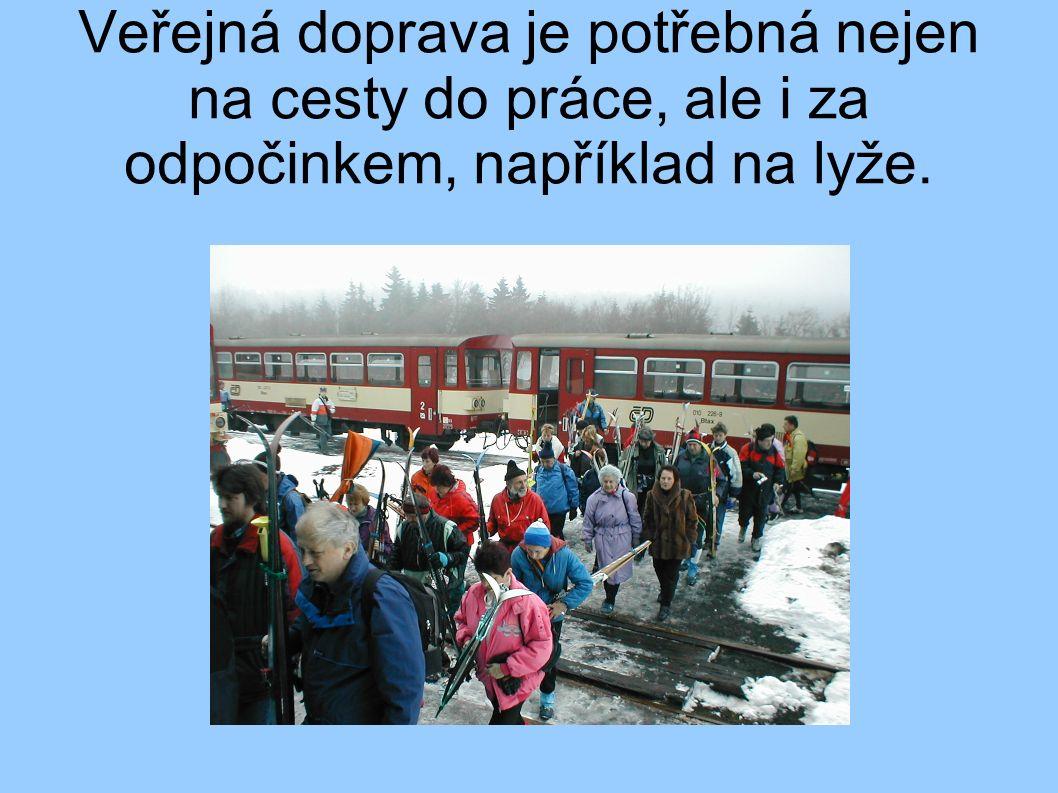 Veřejná doprava je potřebná nejen na cesty do práce, ale i za odpočinkem, například na lyže.