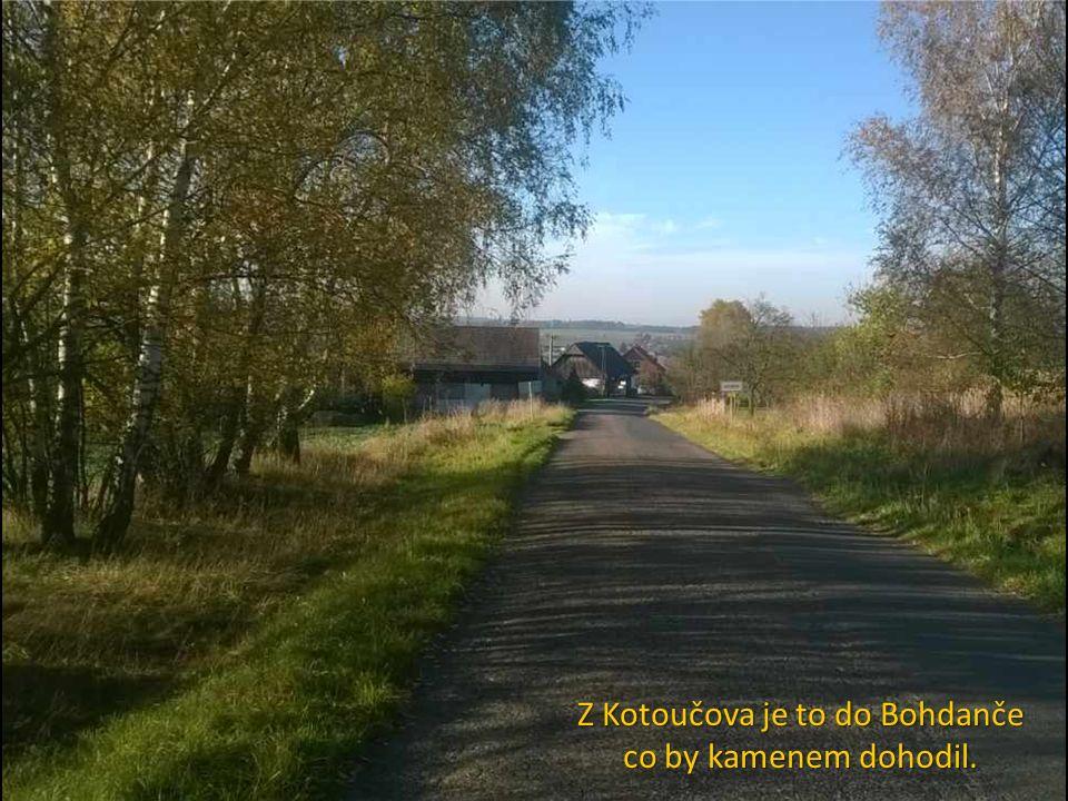 Z Kotoučova je to do Bohdanče co by kamenem dohodil.