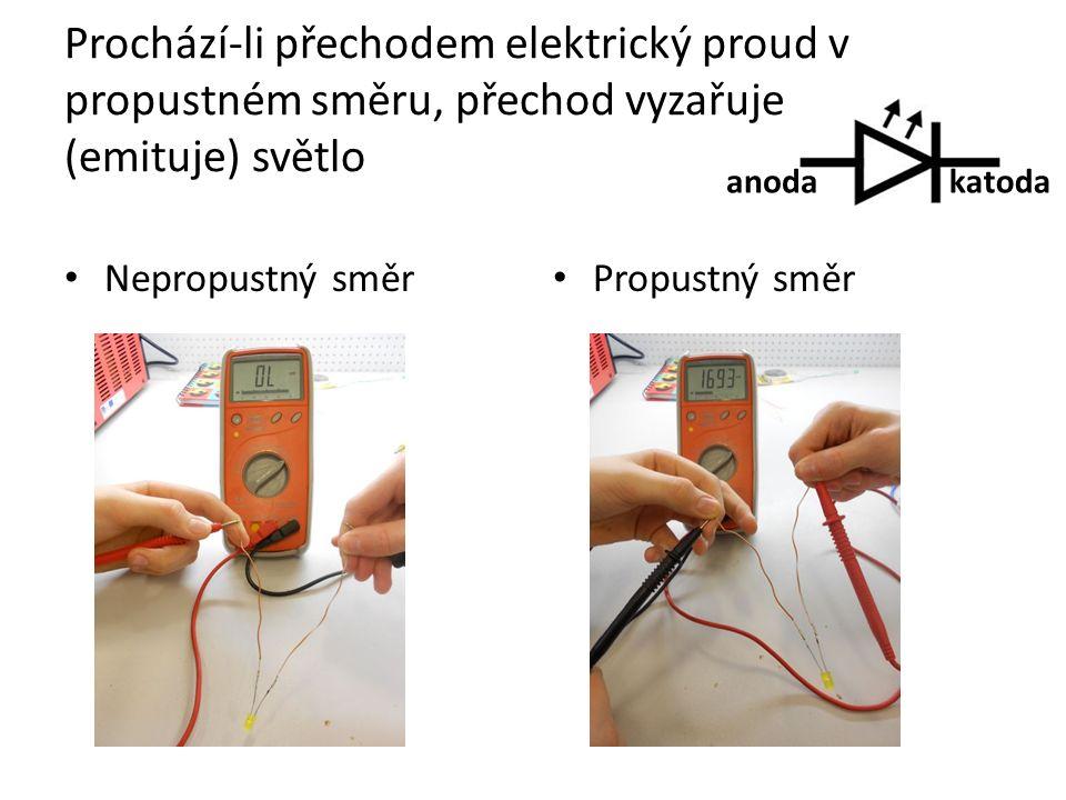 Prochází-li přechodem elektrický proud v propustném směru, přechod vyzařuje (emituje) světlo Nepropustný směr Propustný směr anodakatoda