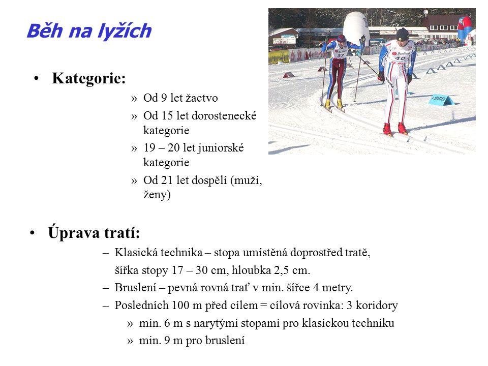 Výměna lyží a holí: –závodník smí měnit obě hole, –jednu lyži (pokud byla poškozena nebo bylo nefunkční vázání) – individuální starty, –obě lyže – maratóny –lyže musí být závodníkovi –těsně před startem označeny - v cíli kontrola rozhodčími Běh na lyžích Průjezd cílem: –ruční měření – špička přední nohy závodníka protne cílovou čáru –noha závodníka protne spojnici mezi oběma cílovými sloupky fotobuňky (asi 30 cm na zemí) FINKOVÁ (2009)