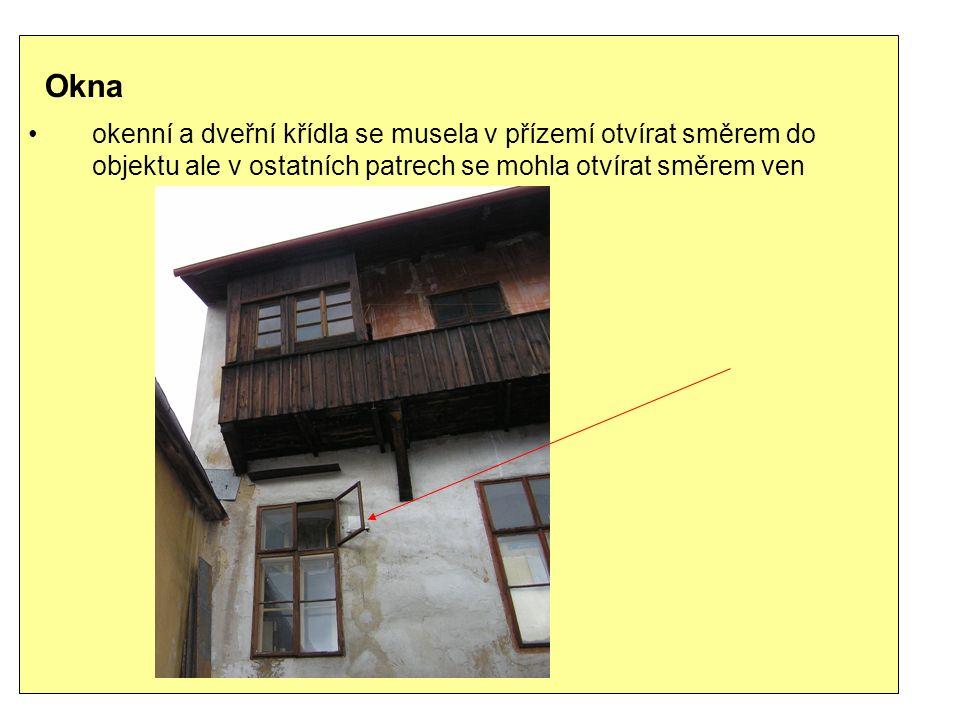 Okna okenní a dveřní křídla se musela v přízemí otvírat směrem do objektu ale v ostatních patrech se mohla otvírat směrem ven