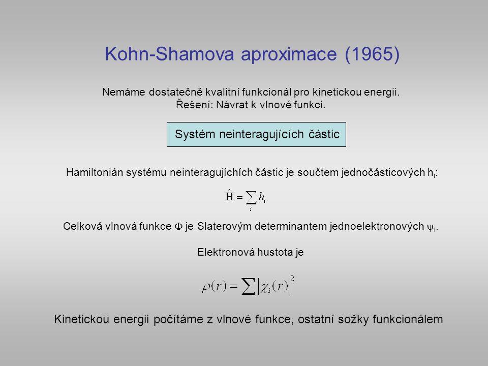 Kohn-Shamova aproximace (1965) Hamiltonián systému neinteragujíchích částic je součtem jednočásticových h i : Celková vlnová funkce  je Slaterovým de