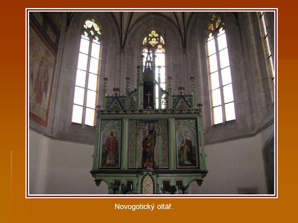 Renesanční klenba presbytáře pochází až z 16. století.