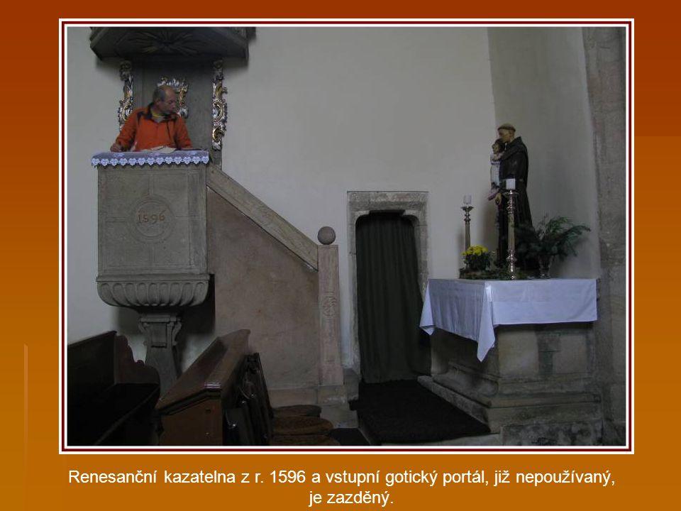 """Náhrobní kámen z červeného mramoru s podobou dívky, latinský nápis říká,že zde leží vznešená a urozená panna""""Beatrix de Buchet"""", která zemřela r. 1599"""