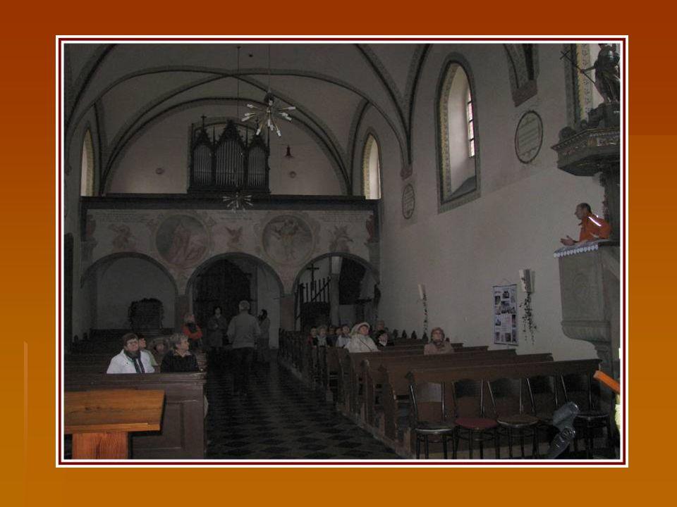 Renesanční kazatelna z r. 1596 a vstupní gotický portál, již nepoužívaný, je zazděný.