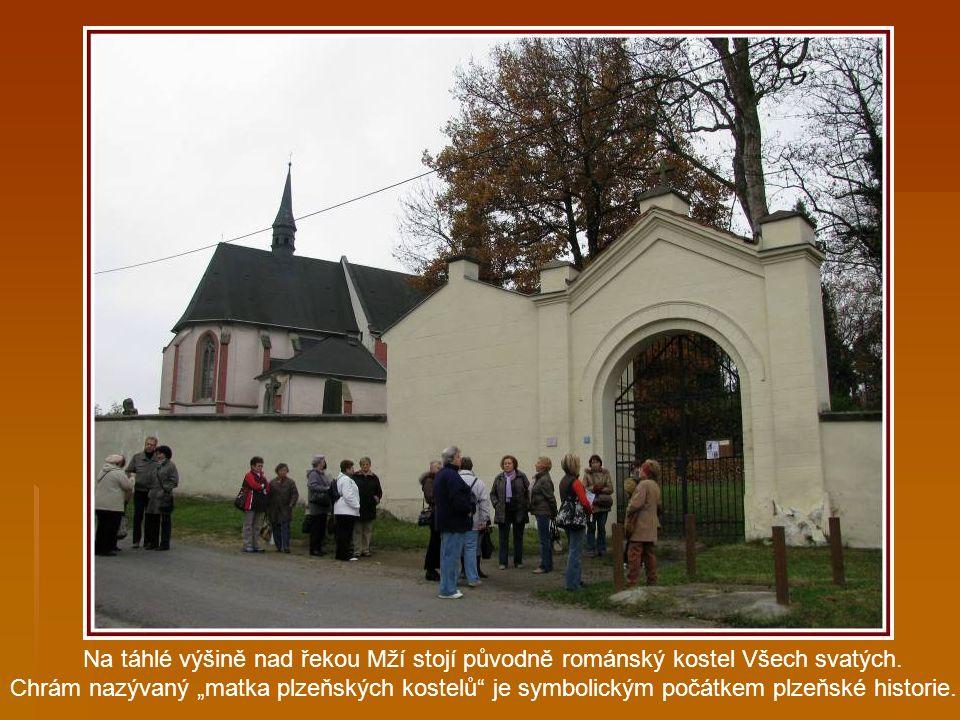 Putování po Plzeňsku s Akademií třetího věku o.s. TOTEM, naše zastavení v Plzni na Roudné, kostel Všech svatých.