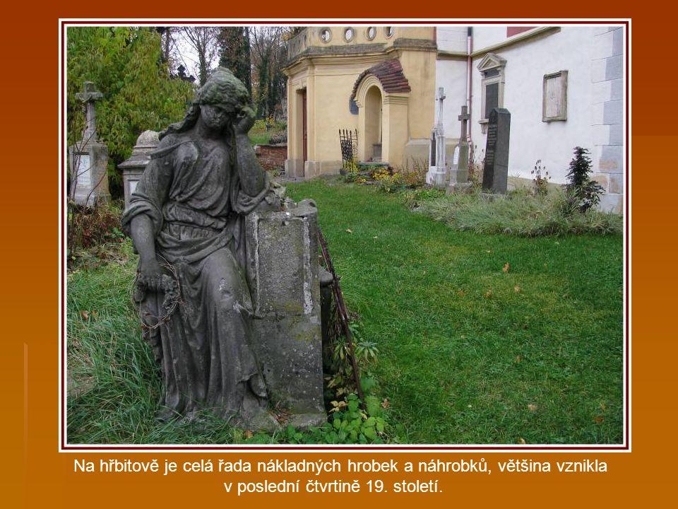 Hřbitovem a kostelem nás provázel pan Josef Kabát, zástupce dobrovolných aktivistů, kteří se podílejí na záchraně kostela.