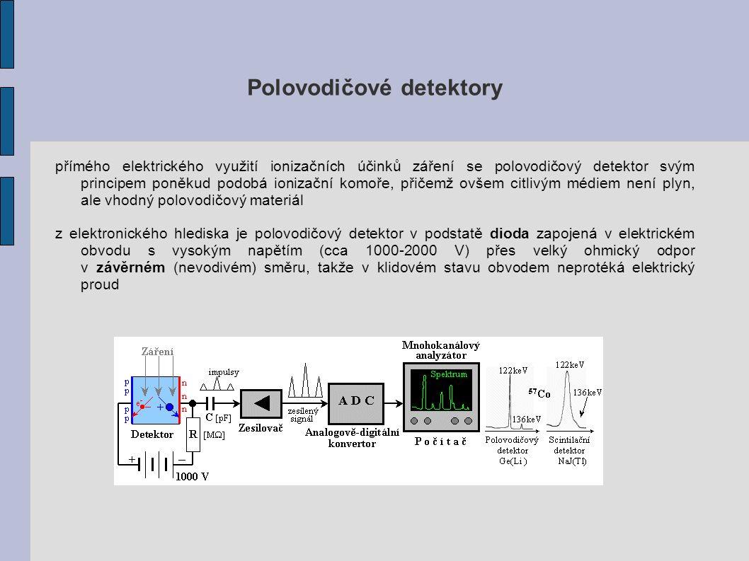 Polovodičové detektory přímého elektrického využití ionizačních účinků záření se polovodičový detektor svým principem poněkud podobá ionizační komoře, přičemž ovšem citlivým médiem není plyn, ale vhodný polovodičový materiál z elektronického hlediska je polovodičový detektor v podstatě dioda zapojená v elektrickém obvodu s vysokým napětím (cca 1000-2000 V) přes velký ohmický odpor v závěrném (nevodivém) směru, takže v klidovém stavu obvodem neprotéká elektrický proud
