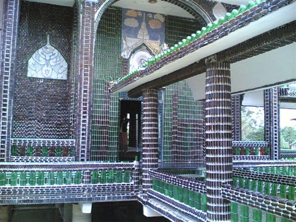 Buddhističtí mniši prý začali lahve od piva sbírat už v roce 1984, tehdy ale netušili, že jim recyklované sklo poslouží ke stavbě chrámu. Nakonec jich