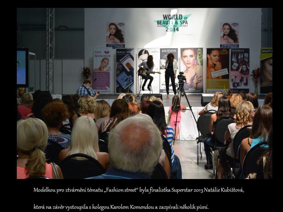 """Modelkou pro ztvárnění tématu """"Fashion street byla finalistka Superstar 2013 Natálie Kubištová, která na závěr vystoupila s kolegou Karolem Komendou a zazpívali několik písní."""