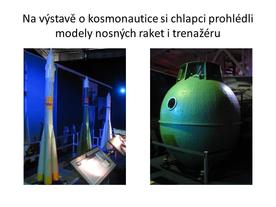 Na výstavě o kosmonautice si chlapci prohlédli modely nosných raket i trenažéru