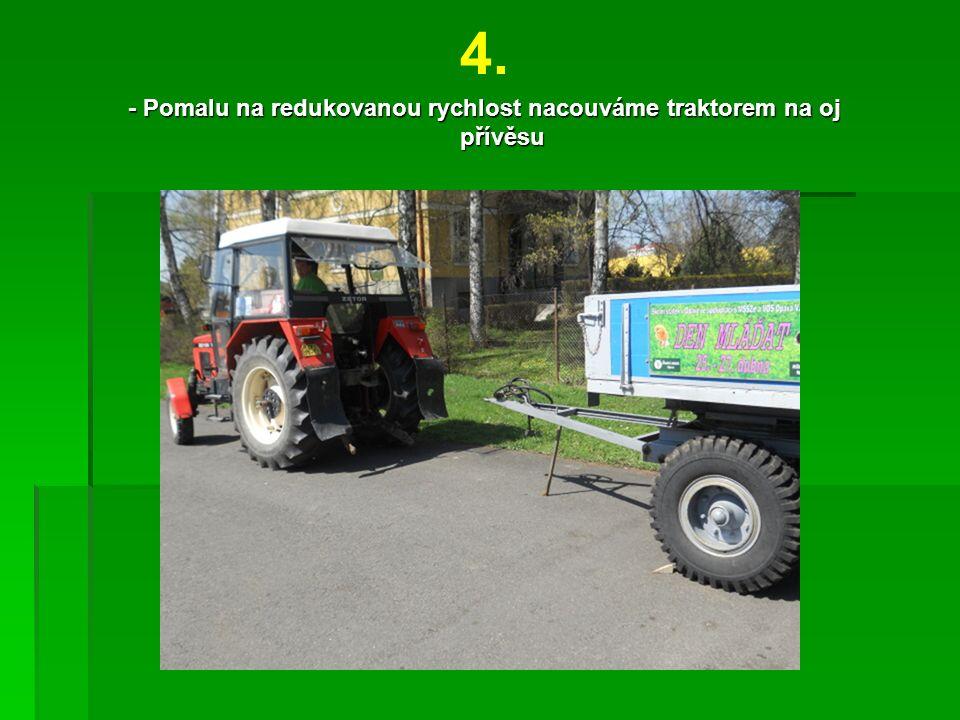 4. - Pomalu na redukovanou rychlost nacouváme traktorem na oj přívěsu