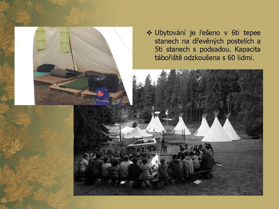  Ubytování je řešeno v 6ti tepee stanech na dřevěných postelích a 5ti stanech s podsadou. Kapacita tábořiště odzkoušena s 60 lidmi.