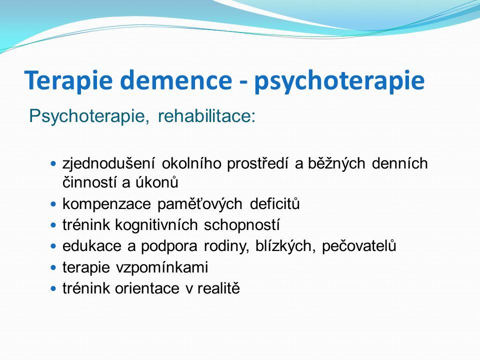 Terapie demence - psychoterapie Psychoterapie, rehabilitace: zjednodušení okolního prostředí a běžných denních činností a úkonů kompenzace paměťových