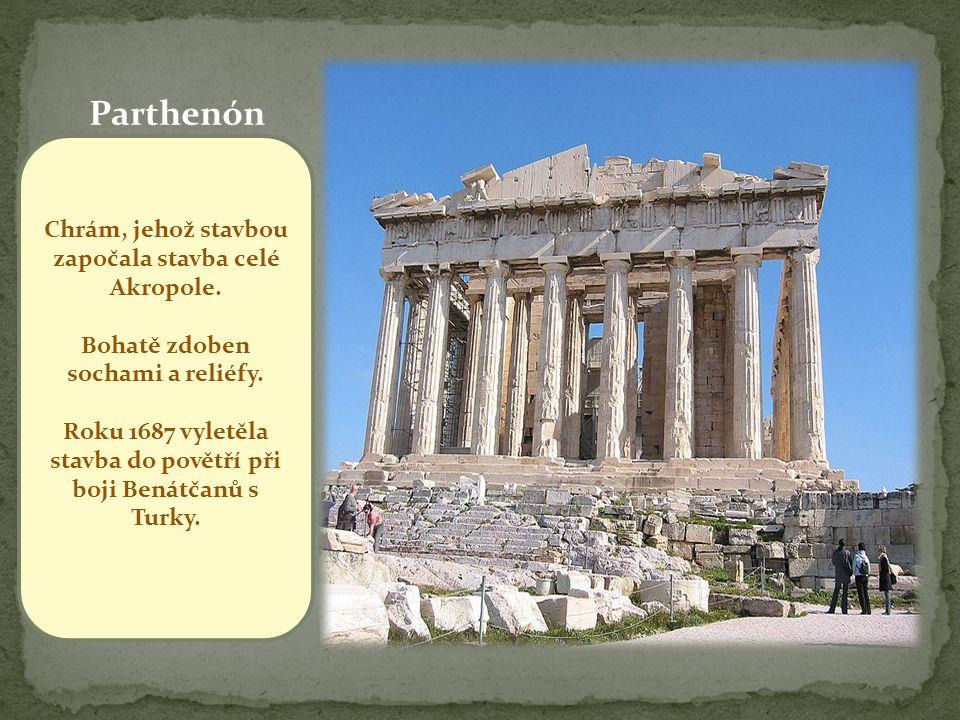 Parthenón Chrám, jehož stavbou započala stavba celé Akropole.