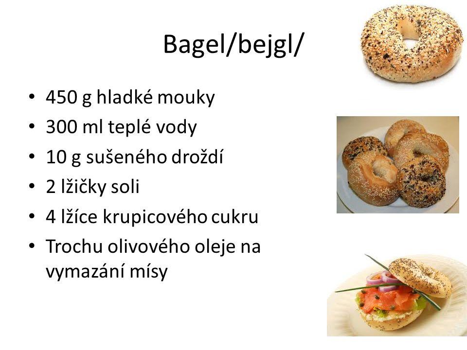 Bagel/bejgl/ 450 g hladké mouky 300 ml teplé vody 10 g sušeného droždí 2 lžičky soli 4 lžíce krupicového cukru Trochu olivového oleje na vymazání mísy