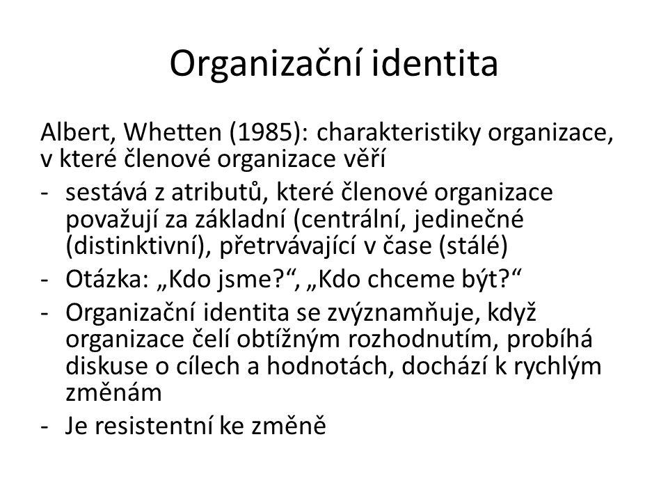 Organizační identita: sociálně- konstruktivistické paradigma Organizační identita vychází s kolektivně sdílených představách a chápání o tom, co je relativně základní (centrální) a stálý rys organizace Sdílené chápání je výsledkem procesu tvorby významů vytvářených členy organizace Sdílené významy jsou mezi členy pravidelně diskutovány Kolektivně sdílený rámec, ze kterého členové organizace čerpají názory o svém světě: vysvětluje, proč určitým způsobem jednají ve vztahu k prostředím proč určitým způsobem přemýšlejí o svém prostředí (Kreutzer, Jäger 2011)