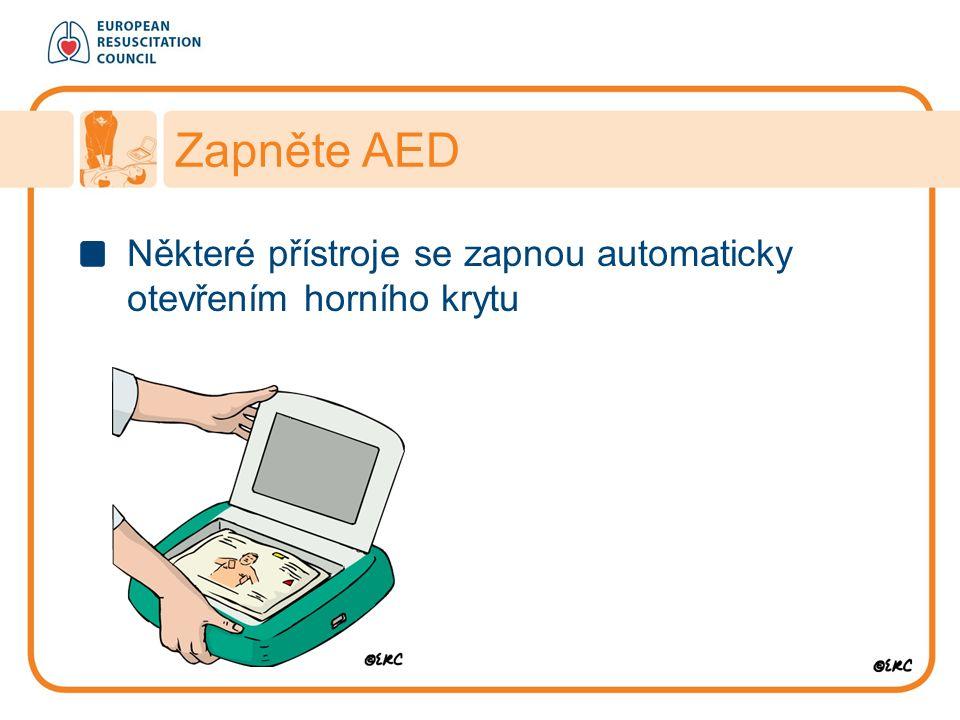 Zapněte AED Některé přístroje se zapnou automaticky otevřením horního krytu