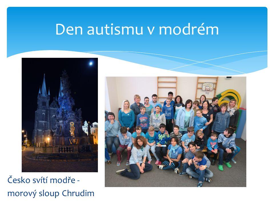 Česko svítí modře - morový sloup Chrudim Den autismu v modrém