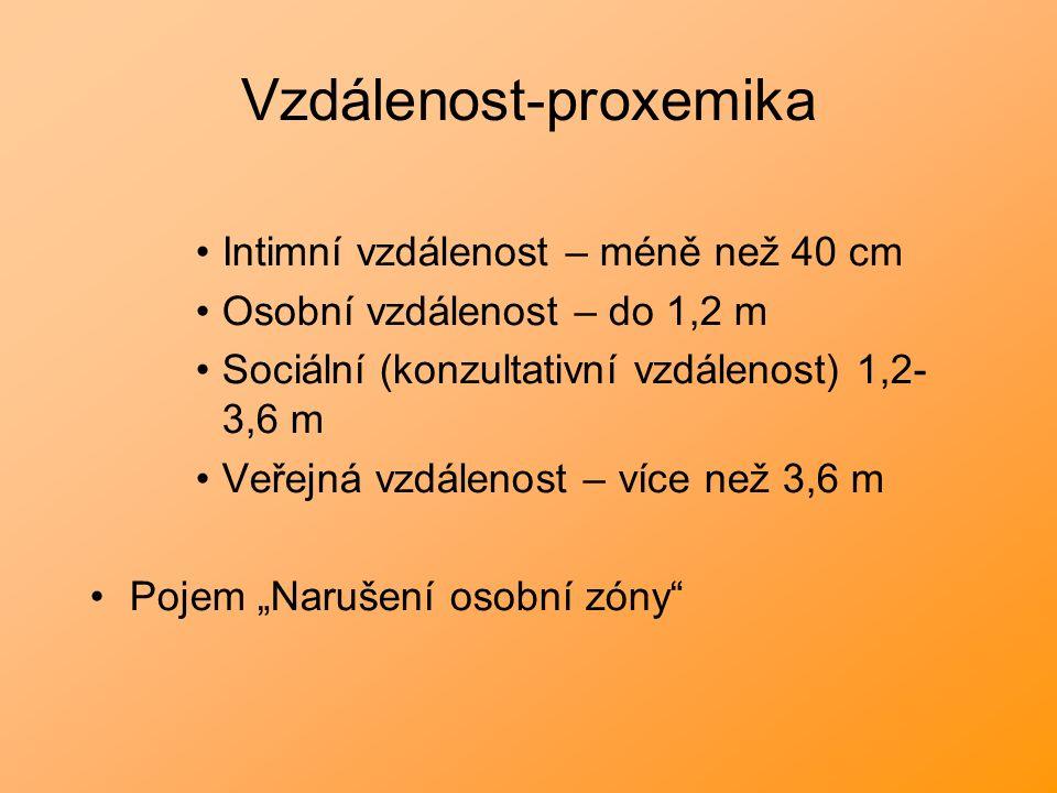 """Vzdálenost-proxemika Intimní vzdálenost – méně než 40 cm Osobní vzdálenost – do 1,2 m Sociální (konzultativní vzdálenost) 1,2- 3,6 m Veřejná vzdálenost – více než 3,6 m Pojem """"Narušení osobní zóny"""