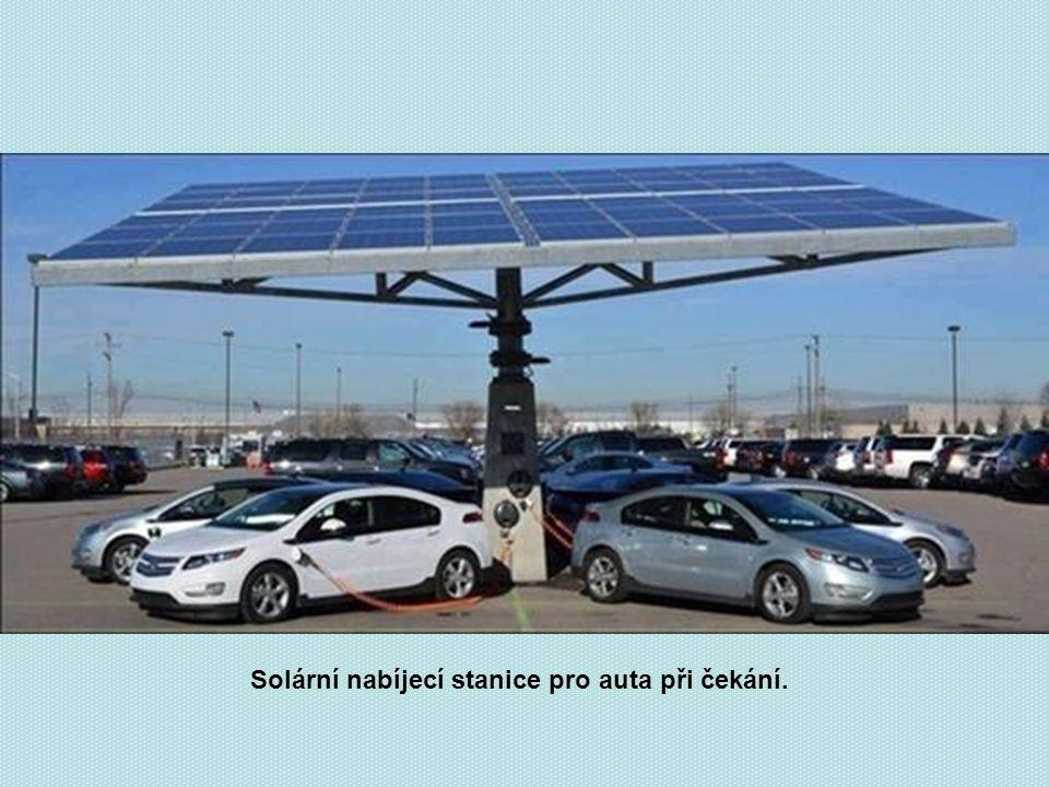Solární nabíjecí stanice pro auta při čekání.