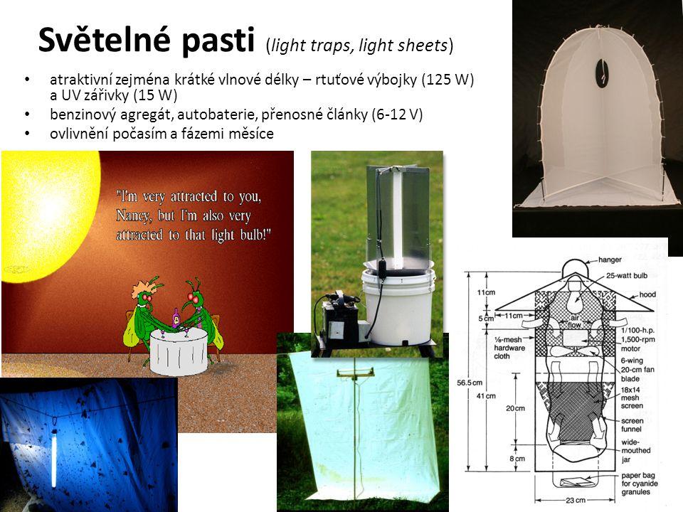Světelné pasti (light traps, light sheets) atraktivní zejména krátké vlnové délky – rtuťové výbojky (125 W) a UV zářivky (15 W) benzinový agregát, autobaterie, přenosné články (6-12 V) ovlivnění počasím a fázemi měsíce