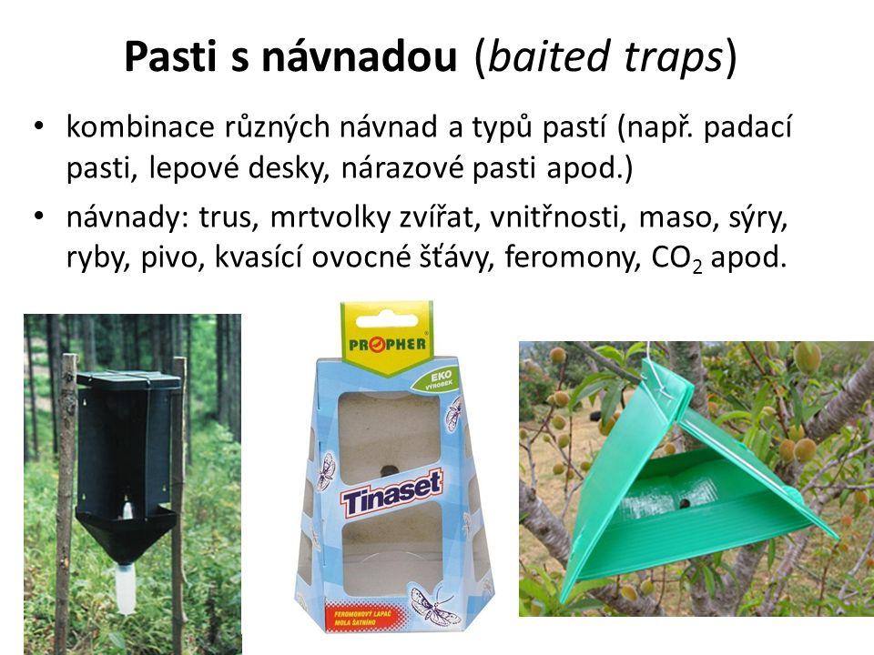 Pasti s návnadou (baited traps) kombinace různých návnad a typů pastí (např.