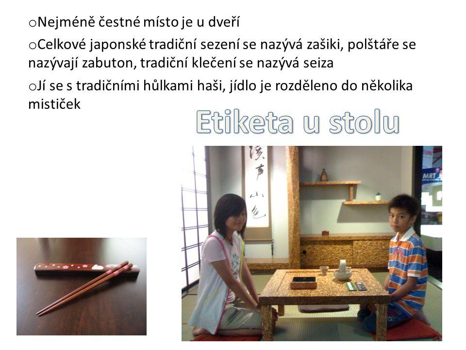 o Nejméně čestné místo je u dveří o Celkové japonské tradiční sezení se nazývá zašiki, polštáře se nazývají zabuton, tradiční klečení se nazývá seiza o Jí se s tradičními hůlkami haši, jídlo je rozděleno do několika mističek