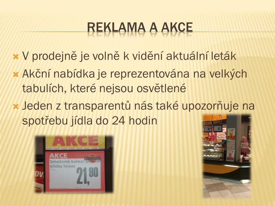  V prodejně je volně k vidění aktuální leták  Akční nabídka je reprezentována na velkých tabulích, které nejsou osvětlené  Jeden z transparentů nás