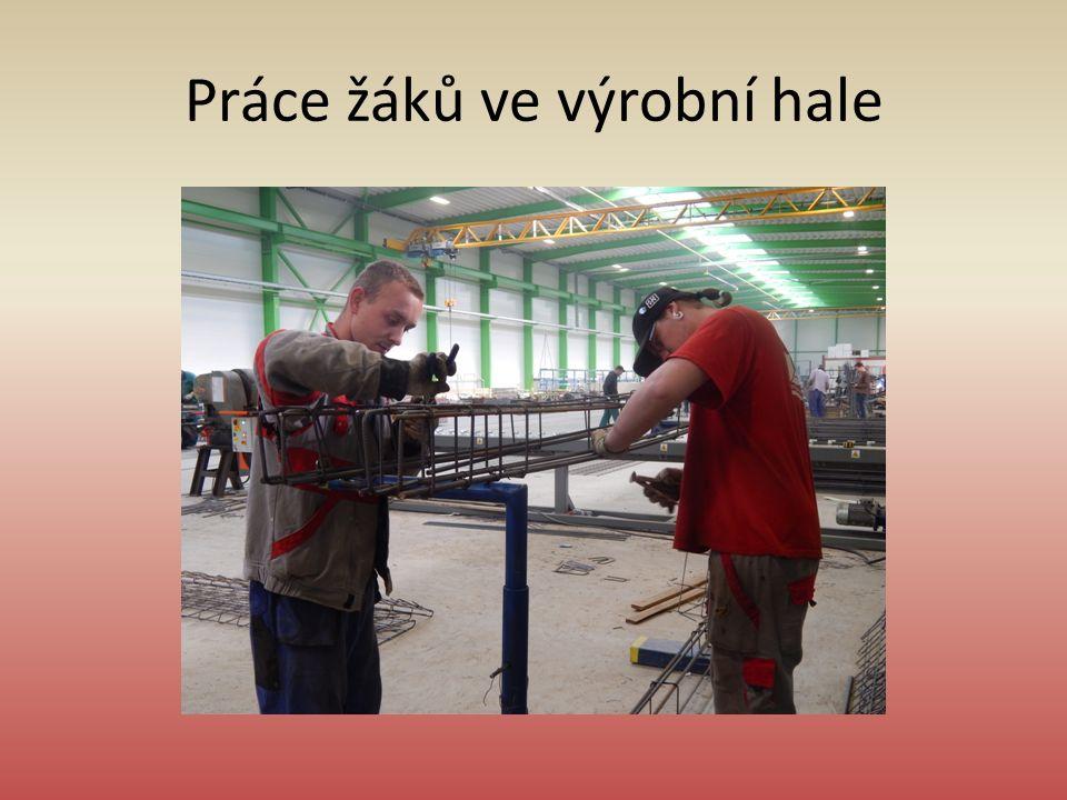 Práce žáků ve výrobní hale
