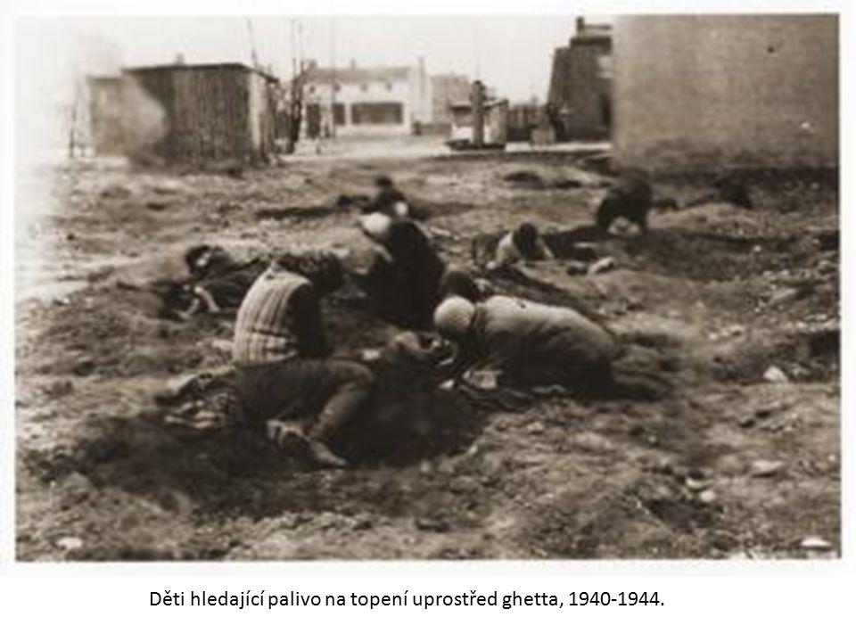 Děti hledající palivo na topení uprostřed ghetta, 1940-1944.