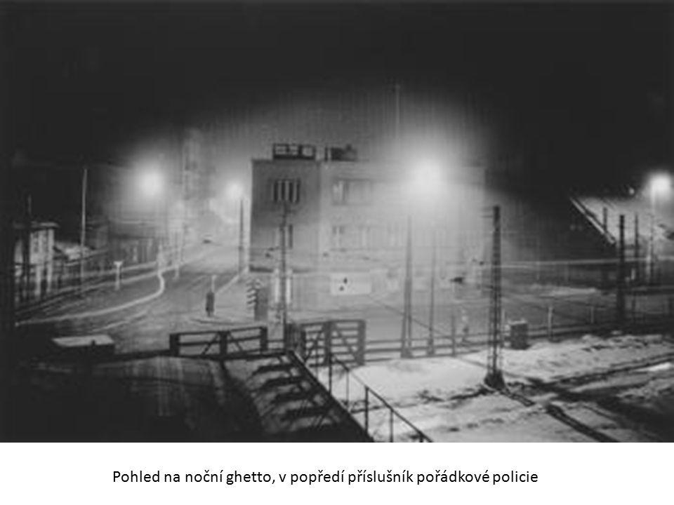 Pohled na noční ghetto, v popředí příslušník pořádkové policie