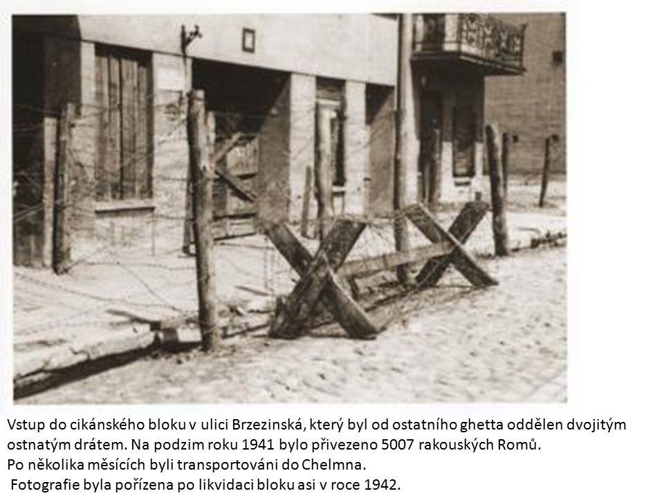 Vstup do cikánského bloku v ulici Brzezinská, který byl od ostatního ghetta oddělen dvojitým ostnatým drátem. Na podzim roku 1941 bylo přivezeno 5007