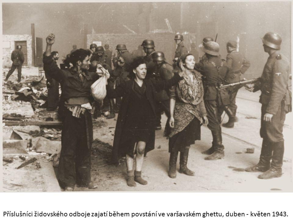 Příslušníci židovského odboje zajatí během povstání ve varšavském ghettu, duben - květen 1943.