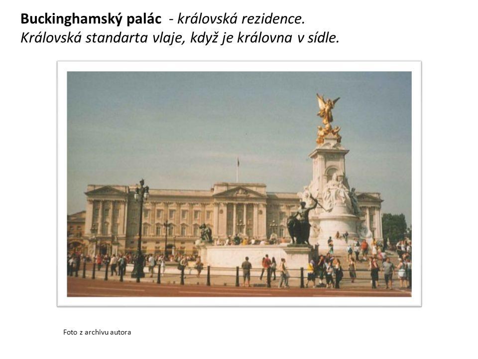 Buckinghamský palác - královská rezidence. Královská standarta vlaje, když je královna v sídle.