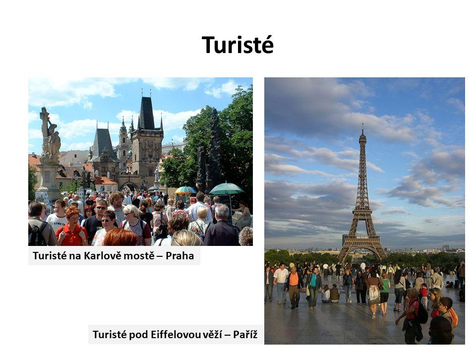Turisté Turisté pod Eiffelovou věží – Paříž Turisté na Karlově mostě – Praha