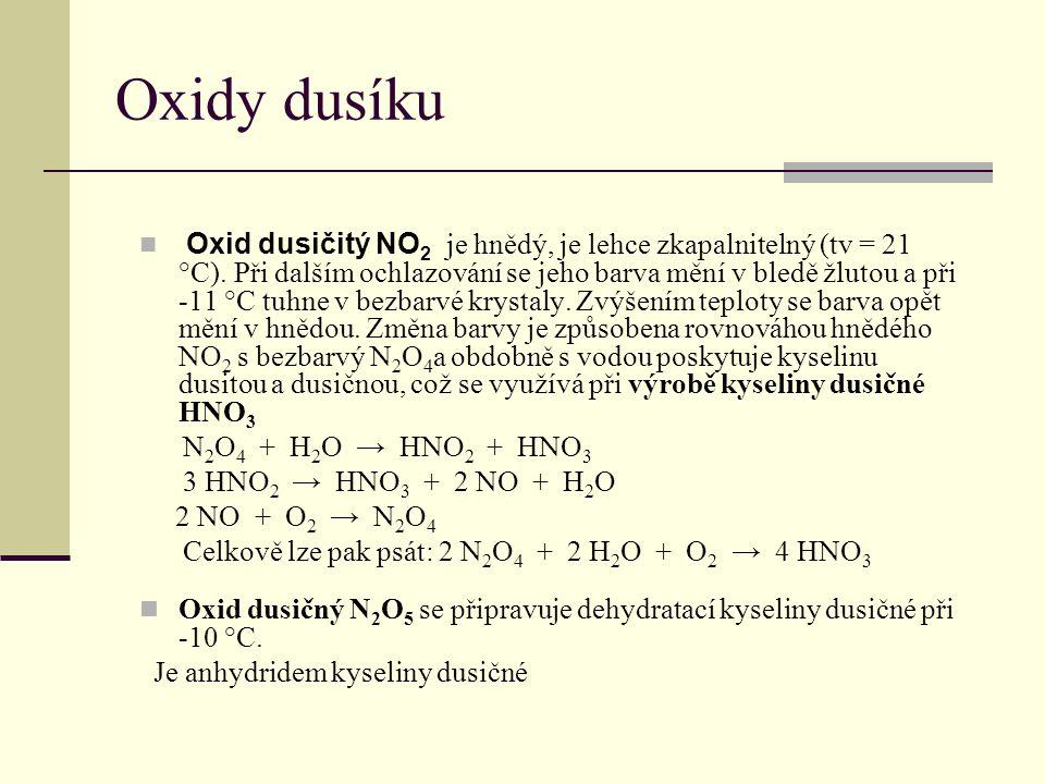 Oxidy dusíku Oxid dusičitý NO 2 je hnědý, je lehce zkapalnitelný (tv = 21 °C). Při dalším ochlazování se jeho barva mění v bledě žlutou a při -11 °C t