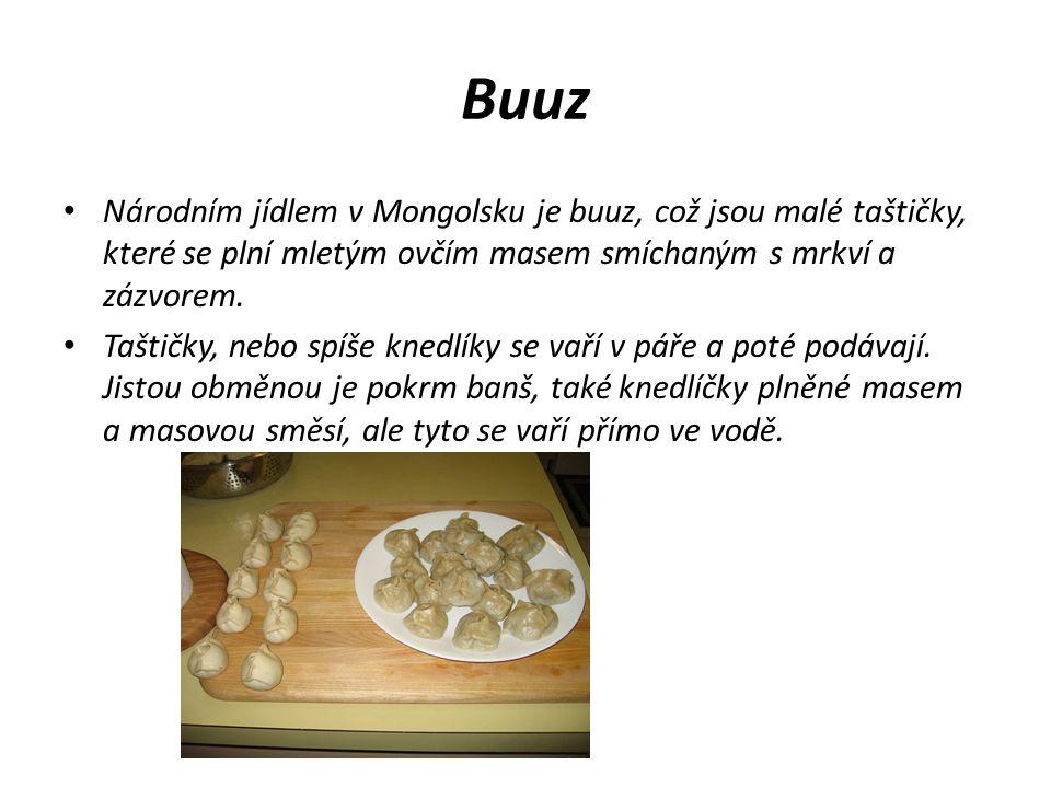 Buuz Národním jídlem v Mongolsku je buuz, což jsou malé taštičky, které se plní mletým ovčím masem smíchaným s mrkví a zázvorem. Taštičky, nebo spíše