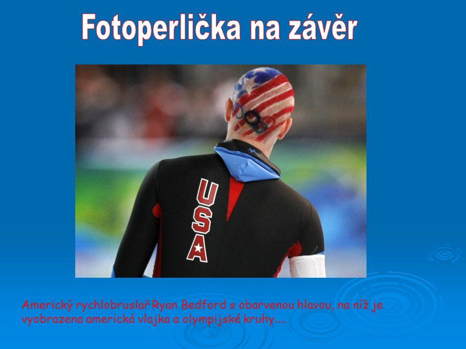 Americký rychlobruslař Ryan Bedford s obarvenou hlavou, na níž je vyobrazena americká vlajka a olympijské kruhy....