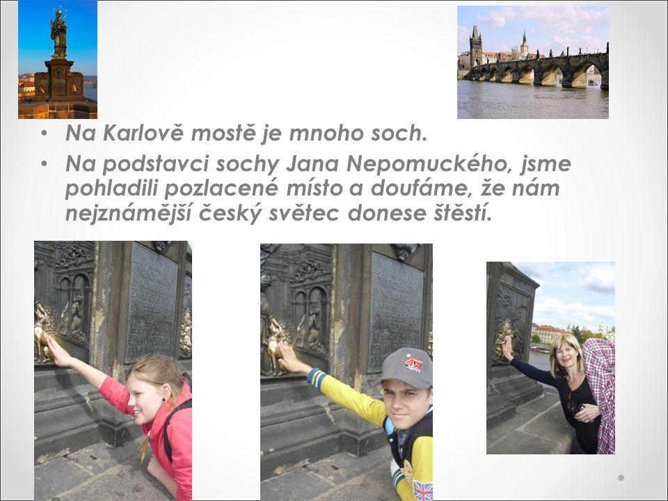 Na Karlově mostě je mnoho soch. Na podstavci sochy Jana Nepomuckého, jsme pohladili pozlacené místo a doufáme, že nám nejznámější český světec donese